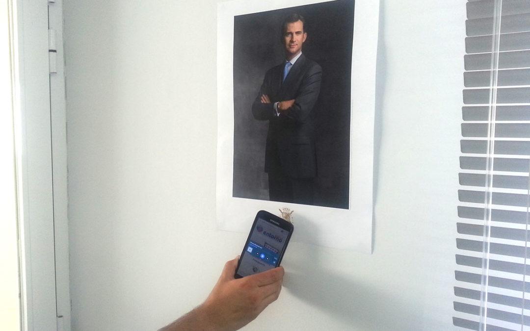 Retrato de Felipe VI con himno de España que suena al acercar un smartphone
